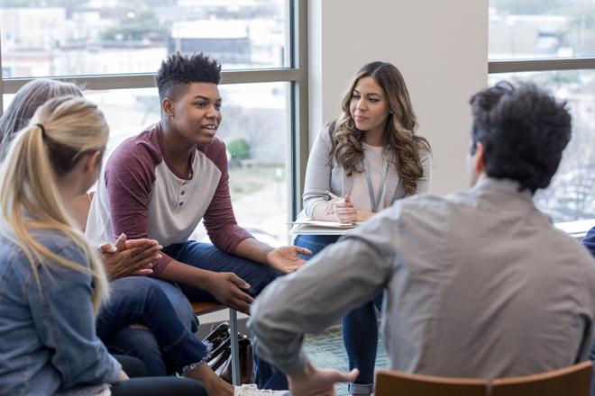 Au sein des missions locales, les jeunes sont suivis par un référent tout au long de leur parcours de formation ou d'insertion professionnelle.